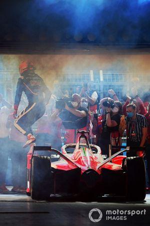 Le vainqueur Alex Lynn, Mahindra Racing, M7Electro, arrive sur le podium