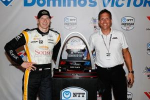 Josef Newgarden, Team Penske Chevrolet con la leyenda de las relaciones públicas David Hovi