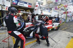 #7 Toyota Gazoo Racing Toyota GR010 - Hybrid Hypercar, Mike Conway, Kamui Kobayashi, Jose Maria Lopez pitstop