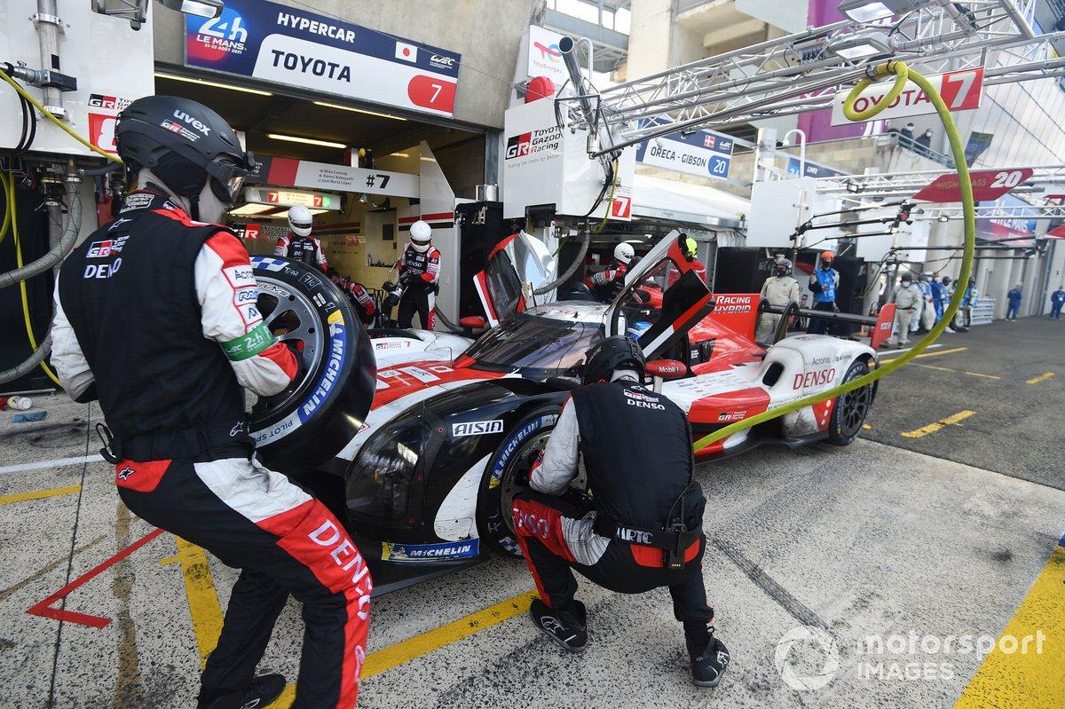 #7 Toyota Gazoo Racing Toyota GR010 - Hybrid Hypercar, Mike Conway, Kamui Kobayashi, José María López pitstop