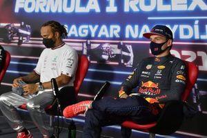 Ganador de la pole Lewis Hamilton, de Mercedes, y Max Verstappen, de Red Bull Racing, en la conferencia de prensa
