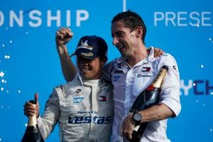 Il campione Nyck de Vries, Mercedes-Benz EQ, Ian James, Team Principal, Mercedes-Benz EQ, sul podio del campionato
