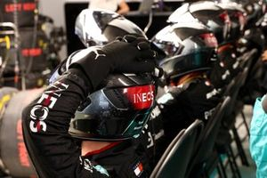 I meccanici Mercedes nel garage