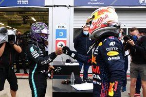 Max Verstappen, Red Bull Racing, 2e plaats, en Lewis Hamilton, Mercedes, 1e plaats, feliciteren elkaar in Parc Ferme