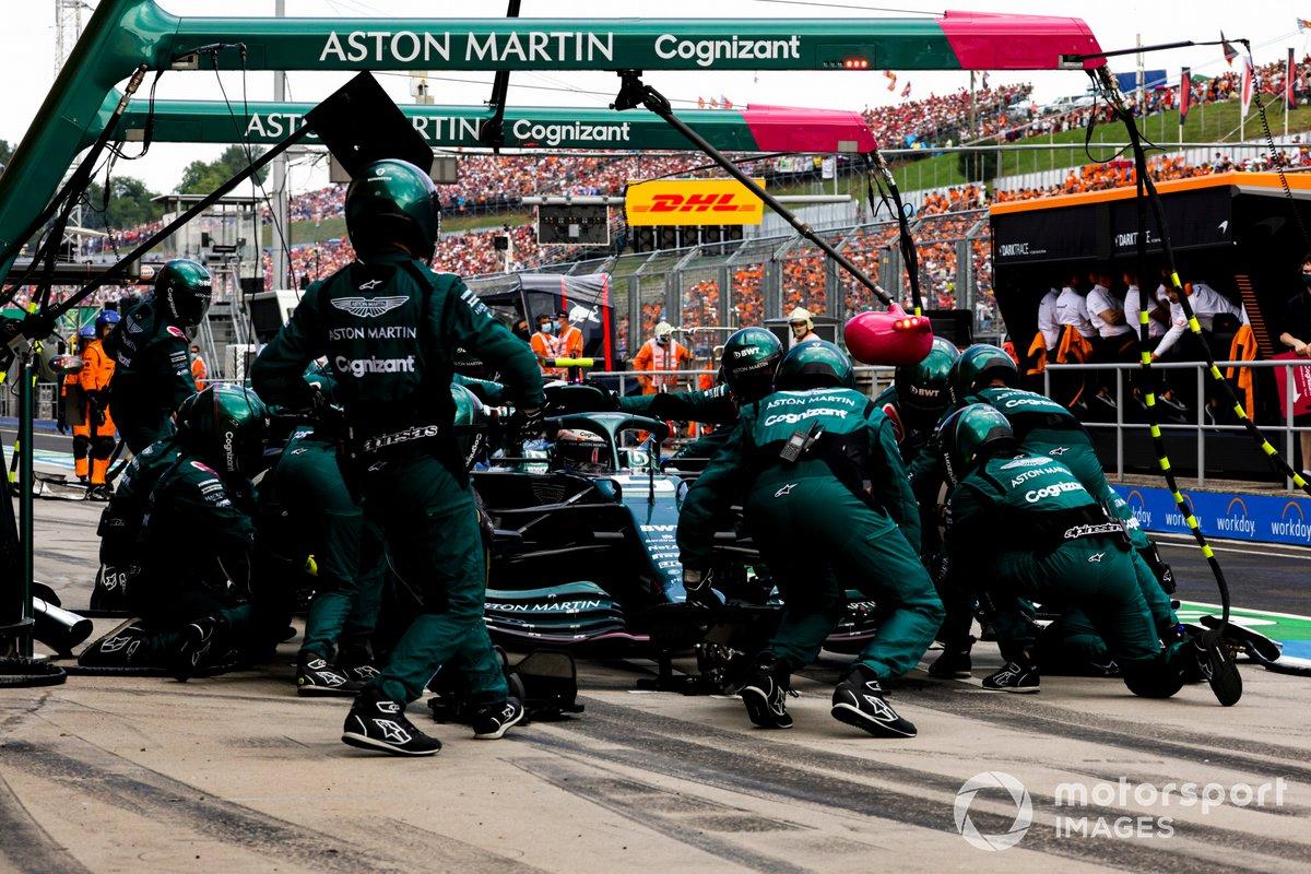 Sebastian Vettel, Aston Martin AMR21, hace una parada en pits