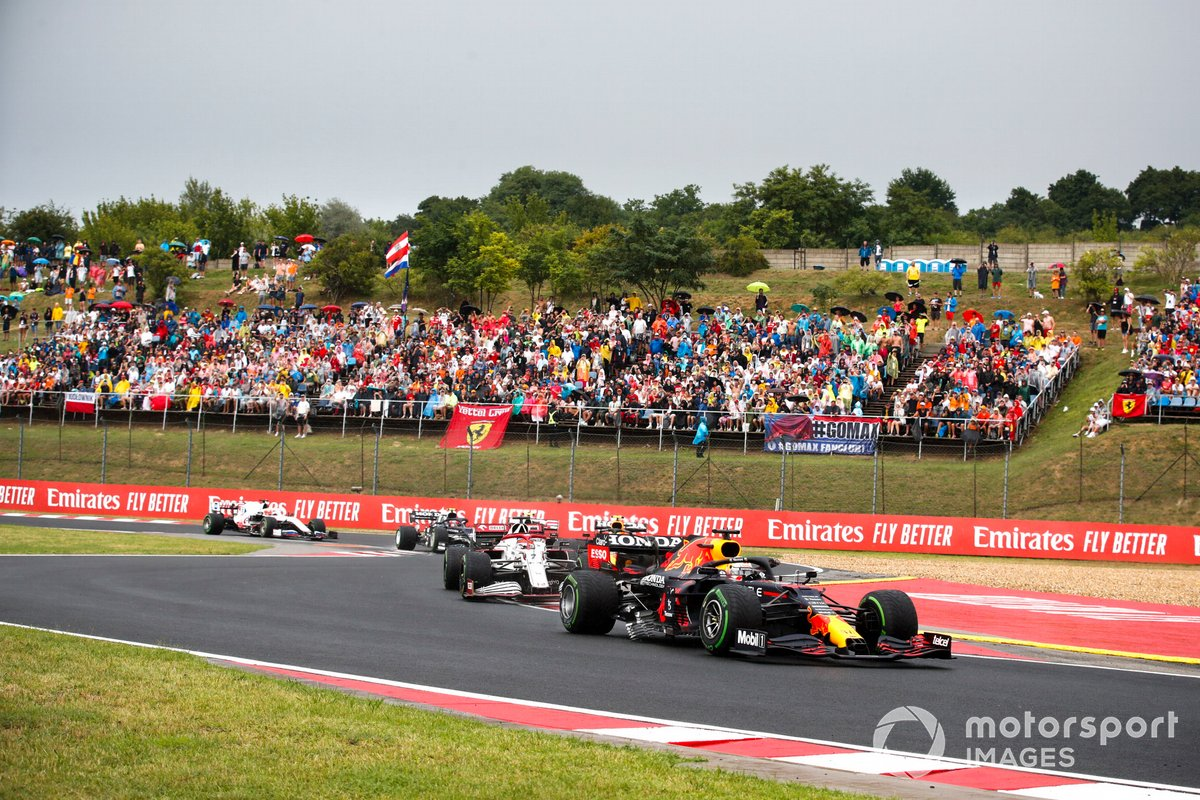 Max Verstappen, Red Bull Racing RB16B, Kimi Raikkonen, Alfa Romeo Racing C41
