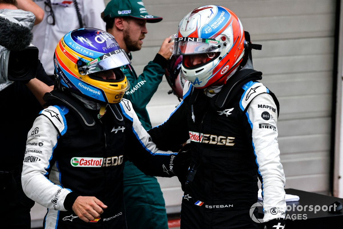 Fernando Alonso, Alpine F1, felicita y celebra con Esteban Ocon, Alpine F1, la 1ª posición, en el Parc Ferme