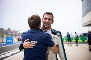 Nicholas Latifi, de Williams Racing, celebra su octava posición con Jost Capito, Director General de Williams Racing