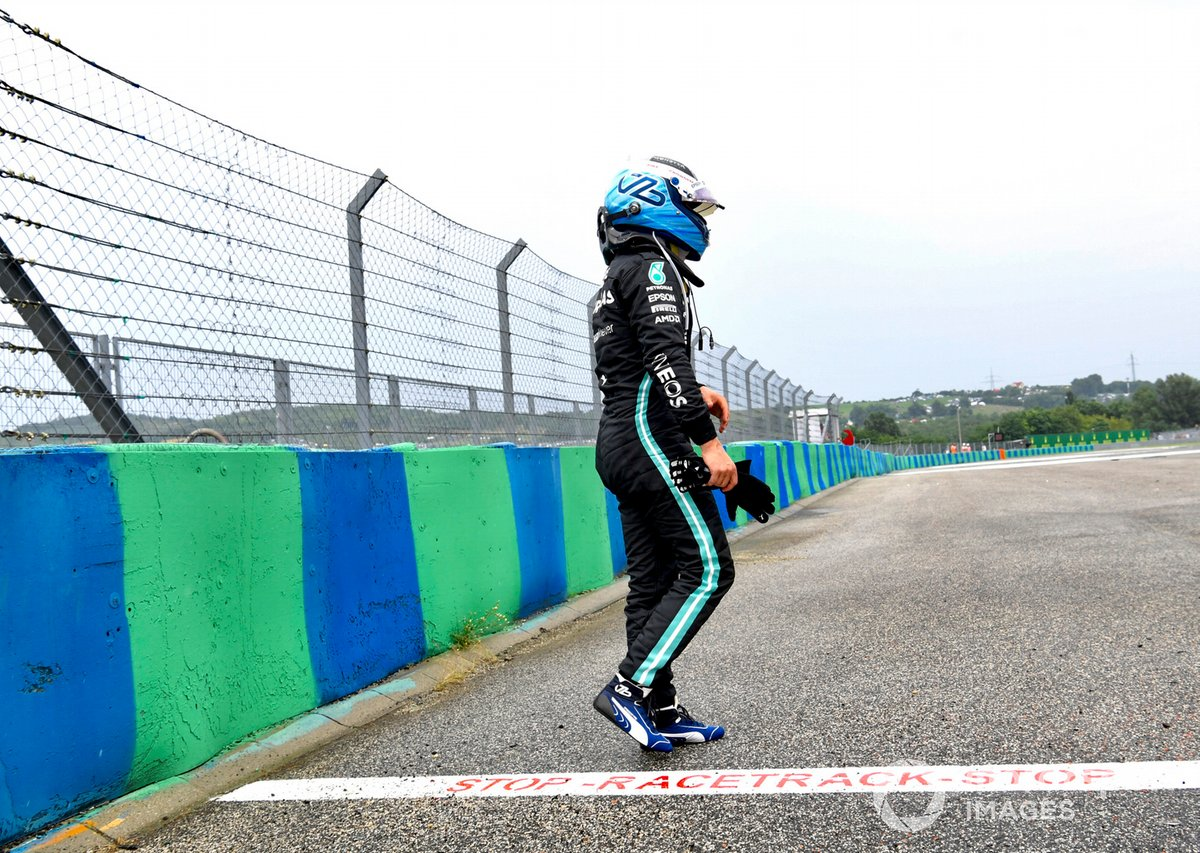 Valtteri Bottas, de Mercedes, después de chocar en la salida