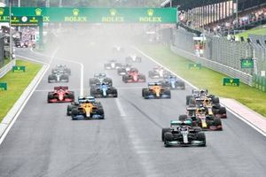 Lewis Hamilton, Mercedes W12, Max Verstappen, Red Bull Racing RB16B, Sergio Perez, Red Bull Racing RB16B, Lando Norris, McLaren MCL35M, and the rest of the field at the start