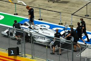 El monoplaza de Nicholas Latifi, Williams FW43 es empujado por el pit lane