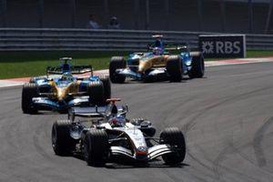 Kimi Raikkonen, McLaren Mercedes MP4-20 Giancarlo Fisichella, Renault R25 and Fernando Alonso, Renault R25