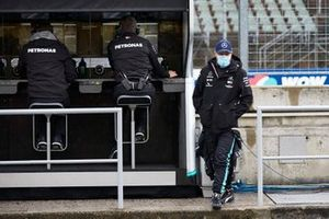 Valtteri Bottas, Mercedes-AMG Petronas F1 on the pit wall