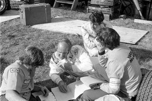 Reunión de Mclaren, el director del equipo Alastair Caldwell, Denny Hulme, Brian Redman y el diseñador Gordon Coppuck