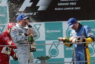 Podium : le vainqueur Kimi Räikkönen, McLaren, troisième place Fernando Alonso, Renault
