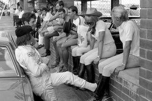 Jackie Stewart, et Brian Redman avec des cow-girls