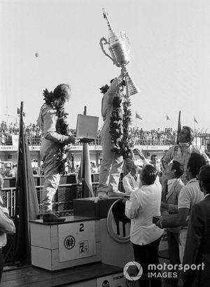 Yarış galibi Jackie Stewart, Tyrrell 003, 2. Denny Hulme, Mclaren, ve Carlos Reutemann, Brabham
