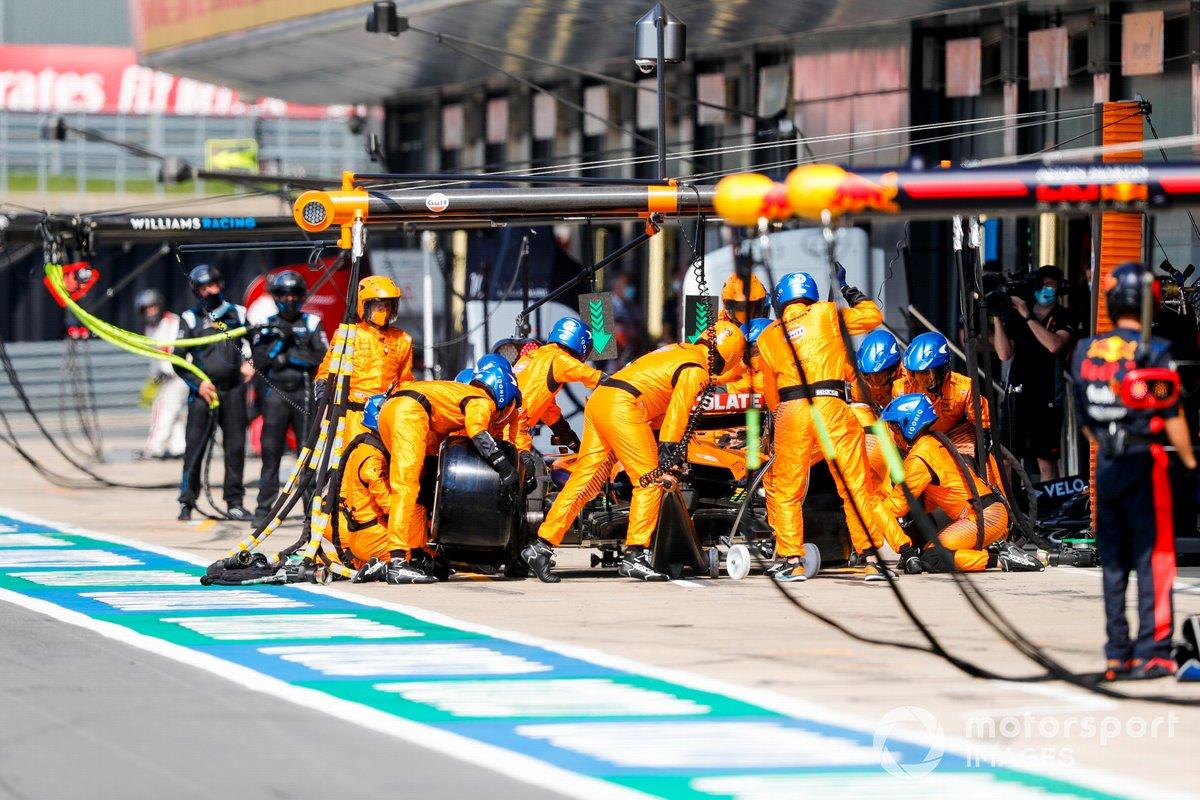 Carlos Sainz Jr., McLaren MCL35, pit stop