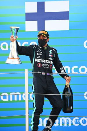 Lewis Hamilton, Mercedes-AMG Petronas F1, 1st position, with his trophy Champagne
