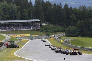 La Safety Car precede il gruppo mentre i marshal puliscono la pista dopo l'incidente tra Kimi Raikkonen, Ferrari SF-15T, e Fernando Alonso, McLaren MP4-30 Honda, GP d'Austria del 2015