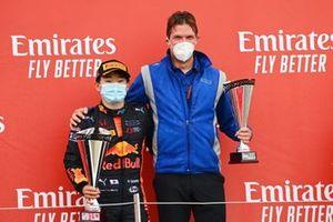 Yuki Tsunoda, Carlin fête sa victoire avec un membre de son équipe