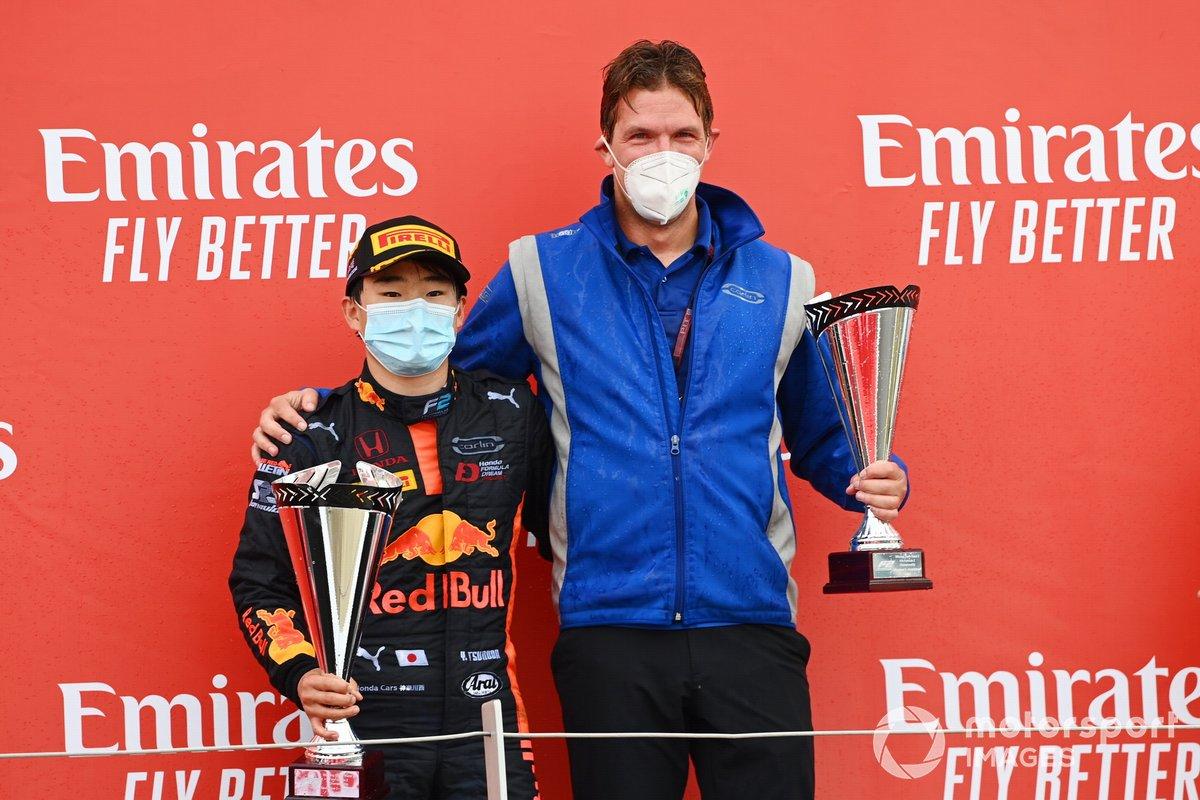 Yuki Tsunoda, Carlin festeggia sul podio con un collega