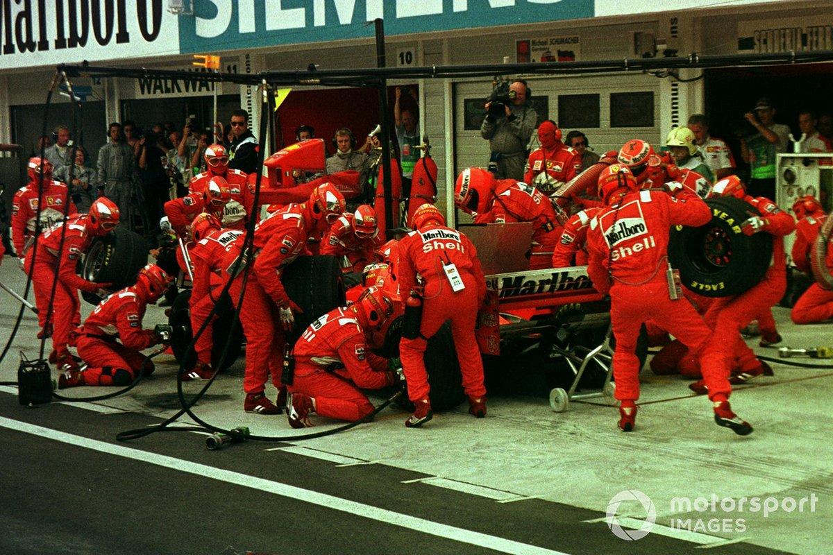 На 25-м круге Шумахер свернул на первый пит-стоп, и в McLaren, понимая ситуацию, уже на следующем скомандовали ДиСи тоже ехать на дозаправку и замену шин