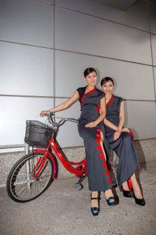 Las chicas de la parrilla se sentaron en una bicicleta