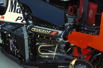 El motor y el escape de un Peugeot McLaren MP4-9