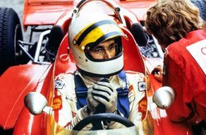 John Miles, Lotus 72C Ford, écoute un de ses mécaniciens