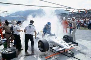Keke Rosberg, Williams FW08C Ford durante una desastrosa parada en boxes, donde una pequeña cantidad de combustible derramado causó un incendio
