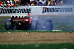 Una falla hidráulica lleva al trompo a Rubens Barrichello, Ferrari F1-2000, mientras era líder