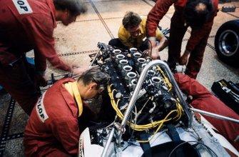 Los mecánicos del equipo Yardley BRM trabajan en un coche en el garaje