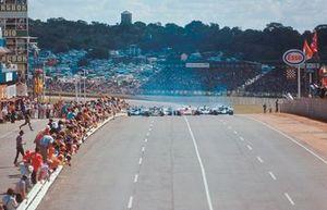 Start zum GP Südafrika 1972 in Kyalami: Emerson Fittipaldi, Lotus 72D, führt