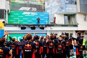 Valtteri Bottas, Mercedes-AMG Petronas F1 en Lewis Hamilton, Mercedes-AMG Petronas F1 op het podium