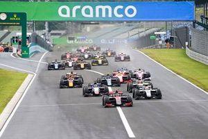 Callum Ilott, UNI-Virtuosi precede Luca Ghiotto, Hitech Grand Prix e Louis Deletraz, Charouz Racing System alla partenza della gara