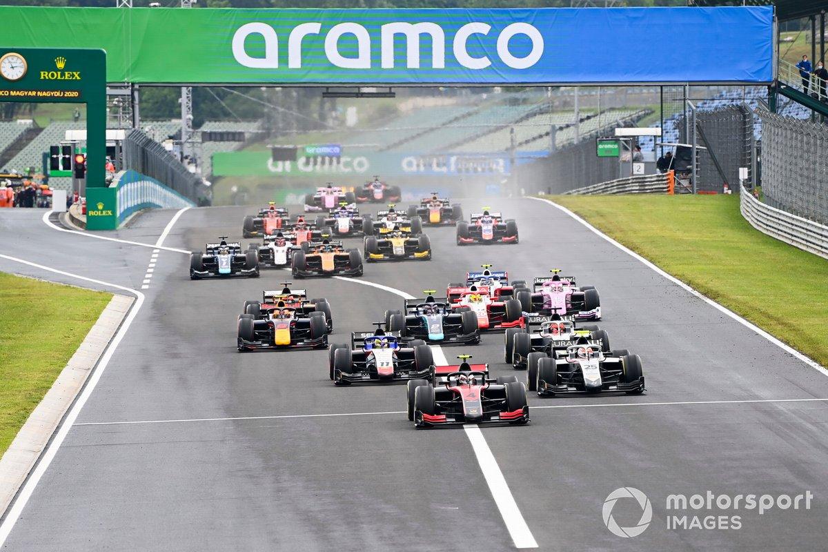 Callum Ilott, UNI-Virtuosi por delante de Luca Ghiotto, Hitech Grand Prix y Louis Deletraz, Charouz Racing System al inicio de la carrera