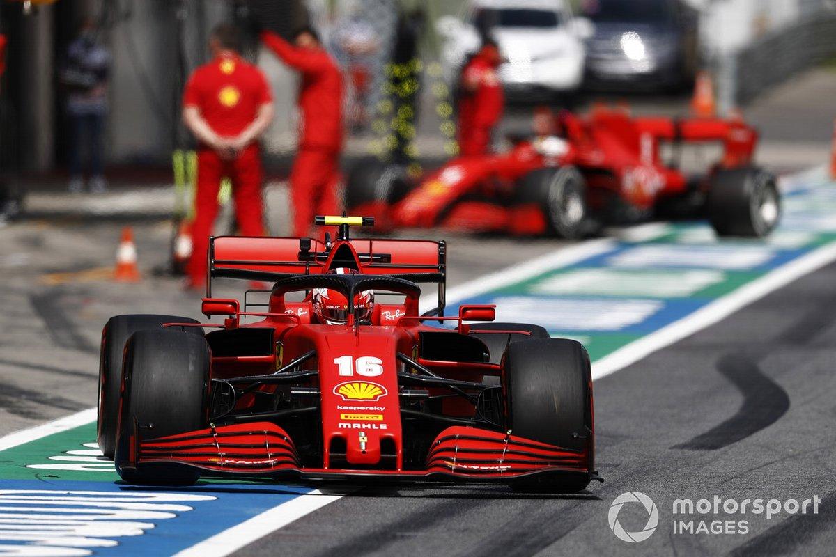 Charles Leclerc, Ferrari SF1000, sale de los pits mientras Sebastian Vettel, Ferrari SF1000 llega