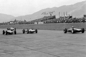 Mike Hailwood, Lotus 25 precede Jim Clark, Lotus 25 and Graham Hill, BRM P26, GP d'Austria del 1964