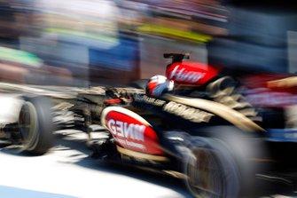 Kimi Raikkonen, Lotus E21 Renault returns to the pits