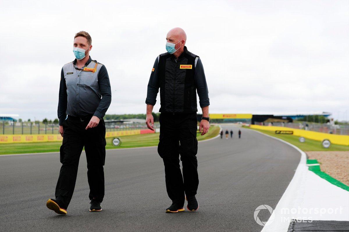El personal de Pirelli recorre el circuito