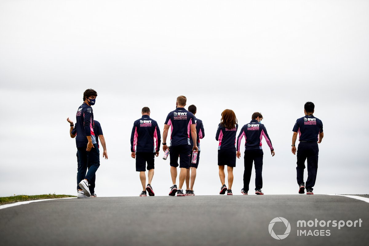 Лэнс Стролл и сотрудники Racing Point, прогулка по трассе