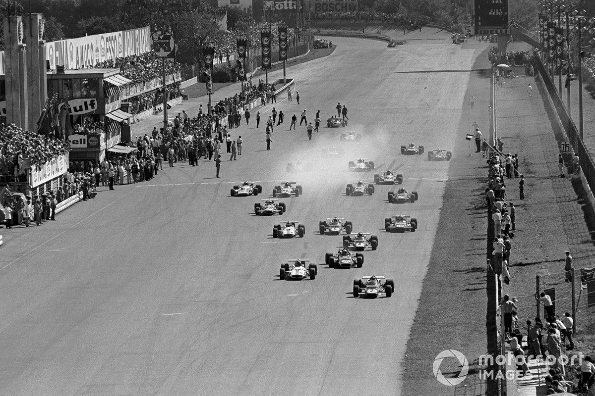 La salida, Jacky Ickx, Ferrari 312B y Pedro Rodríguez, BRM P153 se escapan primero mientras Jackie Stewart, March 701 se pone detrás