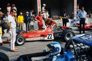 Jochen Rindt, Lotus 72C Ford mira a François Cevert, March 701 Ford mientras conduce por el pitlane