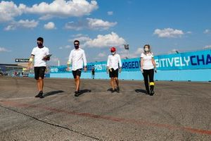 Felipe Massa, Venturi walks the track with members of his team