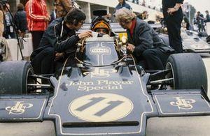 Emerson Fittipaldi, Lotus 72D, mit Peter Warr und Colin Chapman