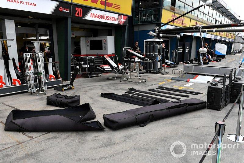 L'attrezzatura della Haas imballata e pronta per essere portata via dalla pitlane