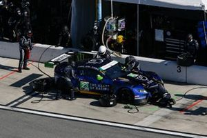 #23 Heart Of Racing Team Aston Martin Vantage GT3, GTD: Roman De Angelis, Nicki Thiim, Ian James, Alex Riberas, pit stop
