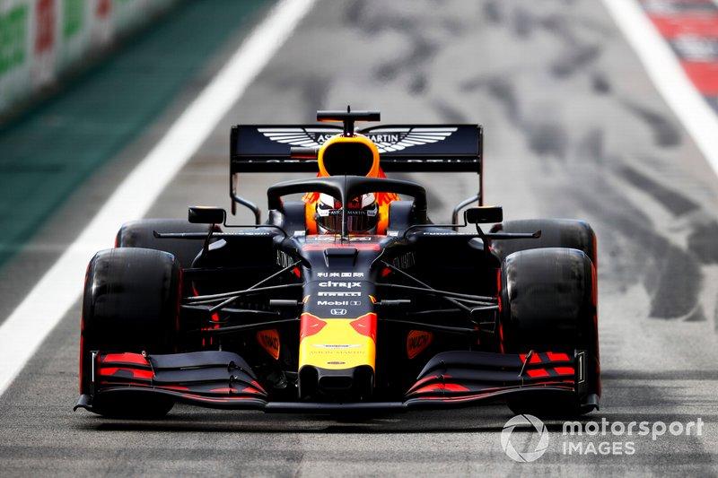 Red Bull paró en la siguiente a Max Verstappen... que estuvo a punto de irse contra el muro cuando Williams sacó a Kubica de manera insegura