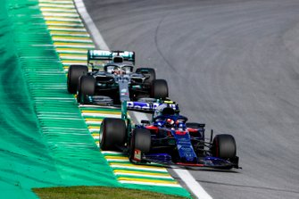 Daniil Kvyat, Toro Rosso STR14 and Lewis Hamilton, Mercedes AMG F1 W10 battle